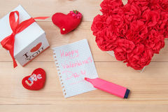 O Handmaid floresce na caixa com o cartão do Valentim no contexto marrom Fotos de Stock