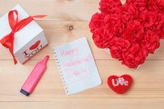 O Handmaid floresce na caixa com o cartão do Valentim no contexto marrom Fotos de Stock Royalty Free