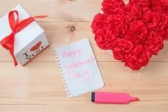 O Handmaid floresce na caixa com o cartão do Valentim no contexto marrom Fotografia de Stock Royalty Free