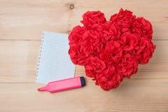 O Handmaid floresce na caixa com o cartão do Valentim no contexto marrom Foto de Stock Royalty Free