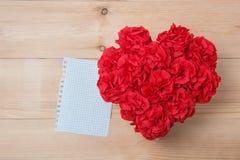 O Handmaid floresce na caixa com o cartão do Valentim no contexto marrom Foto de Stock