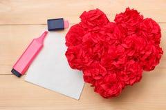 O Handmaid floresce na caixa com o cartão do Valentim no contexto marrom Imagem de Stock Royalty Free
