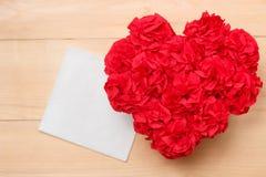 O Handmaid floresce na caixa com o cartão do Valentim no contexto marrom Imagens de Stock