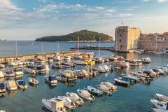 O hardbour de Dubrovnik no tempo do crepúsculo com algumas nuvens no imagens de stock royalty free