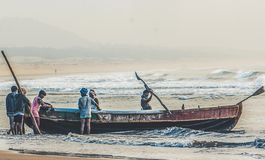O hardwork dos fishermans na pesca no oceano imagem de stock
