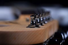 O headstock de um mastro de uma guitarra elétrica fotografia de stock royalty free
