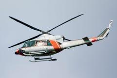 o helicóptero Branco-alaranjado está voando Fotografia de Stock