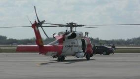 O helicóptero da guarda costeira dos E.U. prepara-se para o voo video estoque