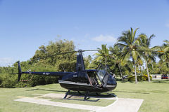 O helicóptero de Robinson R44 da mosca de Cana em Punta Cana, República Dominicana Imagens de Stock