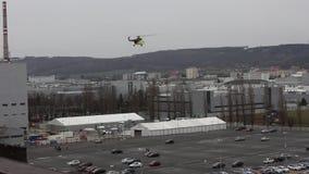 O helicóptero decolam e a carga de transferências, Mlada Boleslav, República Checa filme