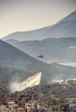 O helicóptero do salvamento sai incêndio florestal Fotografia de Stock