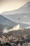 O helicóptero do salvamento sai incêndio florestal Imagens de Stock