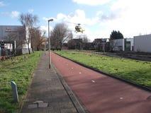O helicóptero do traumatismo está aterrando na tira pequena da grama na emergência médica em Capelle Aan Den Ijssel nos Países Ba imagens de stock