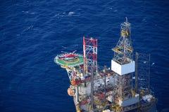 O helicóptero embarca o passageiro na plataforma petrolífera a pouca distância do mar. Imagem de Stock Royalty Free