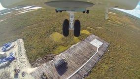 O helicóptero MI 26 instala a carga vídeos de arquivo