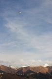 O helicóptero nas montanhas Imagens de Stock Royalty Free