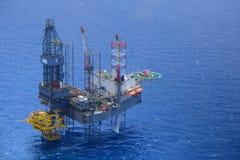 O helicóptero pegara o passageiro na plataforma petrolífera a pouca distância do mar. Imagem de Stock Royalty Free