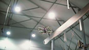 O helicóptero pequeno voa sob o teto dentro Zangão que voa sobre o assoalho imagens de stock