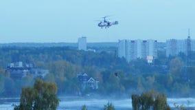 O helicóptero recolhe a água no rio para extinguir um fogo O serviço de salvamento e os sapadores-bombeiros extinguem o fogo filme