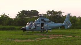 O helicóptero toma do aeroporto video estoque