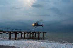 O helicóptero, voa acima durante um vendaval marinho transporte a?reo em condi??es de mau tempo fotos de stock royalty free
