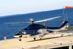 O helicóptero voa acima perto do mar. Imagens de Stock