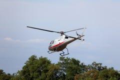 O helicóptero voa no céu e leva turistas para sightseeing Imagem de Stock Royalty Free