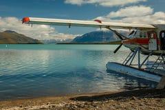 O hidroavião aterrou no lago Naknek em Katmai NP, Alaska imagens de stock royalty free