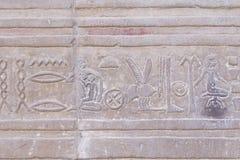 O hieroglyph cinzelado no sandstone imagem de stock royalty free