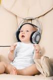 O hild e os fones de ouvido Imagens de Stock Royalty Free