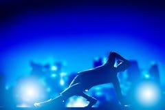 O hip-hop, dança de ruptura executou pelo homem novo em luzes da cidade imagens de stock royalty free