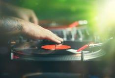 o hip-hop DJ risca registros de vinil com música imagens de stock