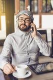 O homem árabe está bebendo o café em um café Fotos de Stock Royalty Free