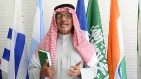 O homem árabe ou muçulmano com Livro Verde tem uma ação da fala e dá o discurso durante a conferência internacional video estoque
