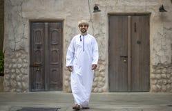O homem árabe que anda em Al Seef é de Dubai foto de stock royalty free