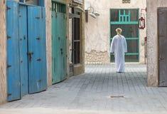 O homem árabe que anda em Al Seef é de Dubai imagens de stock royalty free