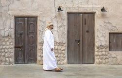 O homem árabe que anda em Al Seef é de Dubai imagem de stock