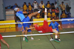 O homem é alto obstruindo a bola na rede no jogo do voleibol do pontapé, takraw do sepak Fotos de Stock Royalty Free