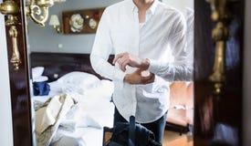 O homem é camisa do branco de molho fotos de stock royalty free
