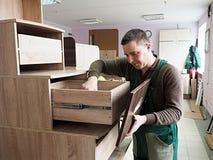O homem é contratado na montagem da mobília fotografia de stock royalty free