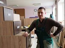 O homem é contratado na montagem da mobília foto de stock royalty free