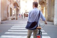 O homem é cruzamento ereto a rua da cidade imagem de stock royalty free