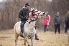 O homem é em pelo montando um cavalo decorado antes de uma corrida de cavalos da celebração do esmagamento foto de stock