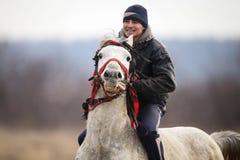 O homem é em pelo montando um cavalo decorado antes de uma corrida de cavalos da celebração do esmagamento fotografia de stock royalty free