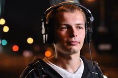 O homem é música de escuta Fotografia de Stock Royalty Free