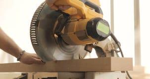 O homem é ofício que trabalha em um banco de trabalho com ferramentas elétricas filme