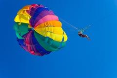 O homem é parasailing Imagem de Stock