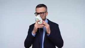O homem é satisfeito com os dólares americanos Movimento lento video estoque