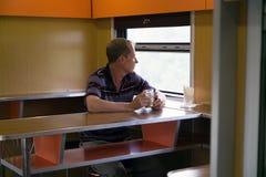 O homem é triste na janela no carro de trem imagem de stock