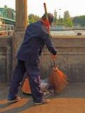 O homem é varrer exterior em Banguecoque, Tailândia Fotografia de Stock